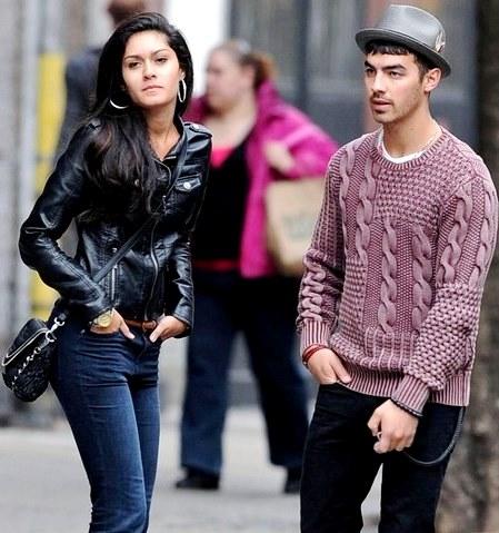 Foto de Joe Jonas hablando con Jessica Pott en la calle