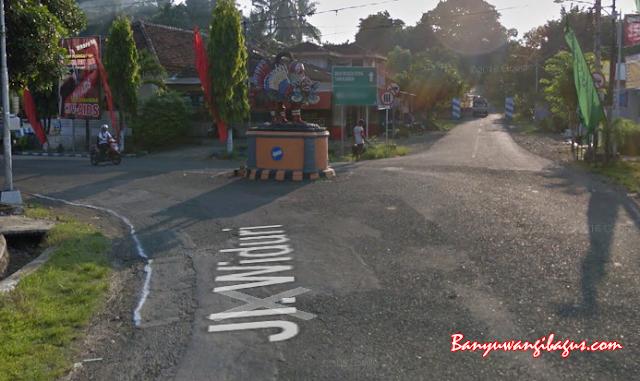 Patung Barong di persimpangan jalan menuju Kawah Ijen dan Desa Kemiren, Banyuwangi.