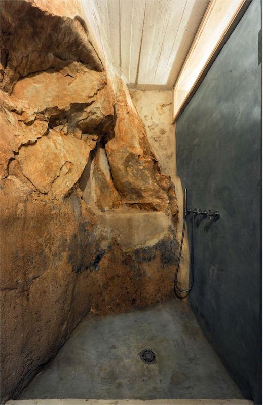 baño que aprovecha pared natural de iedra chicanddeco