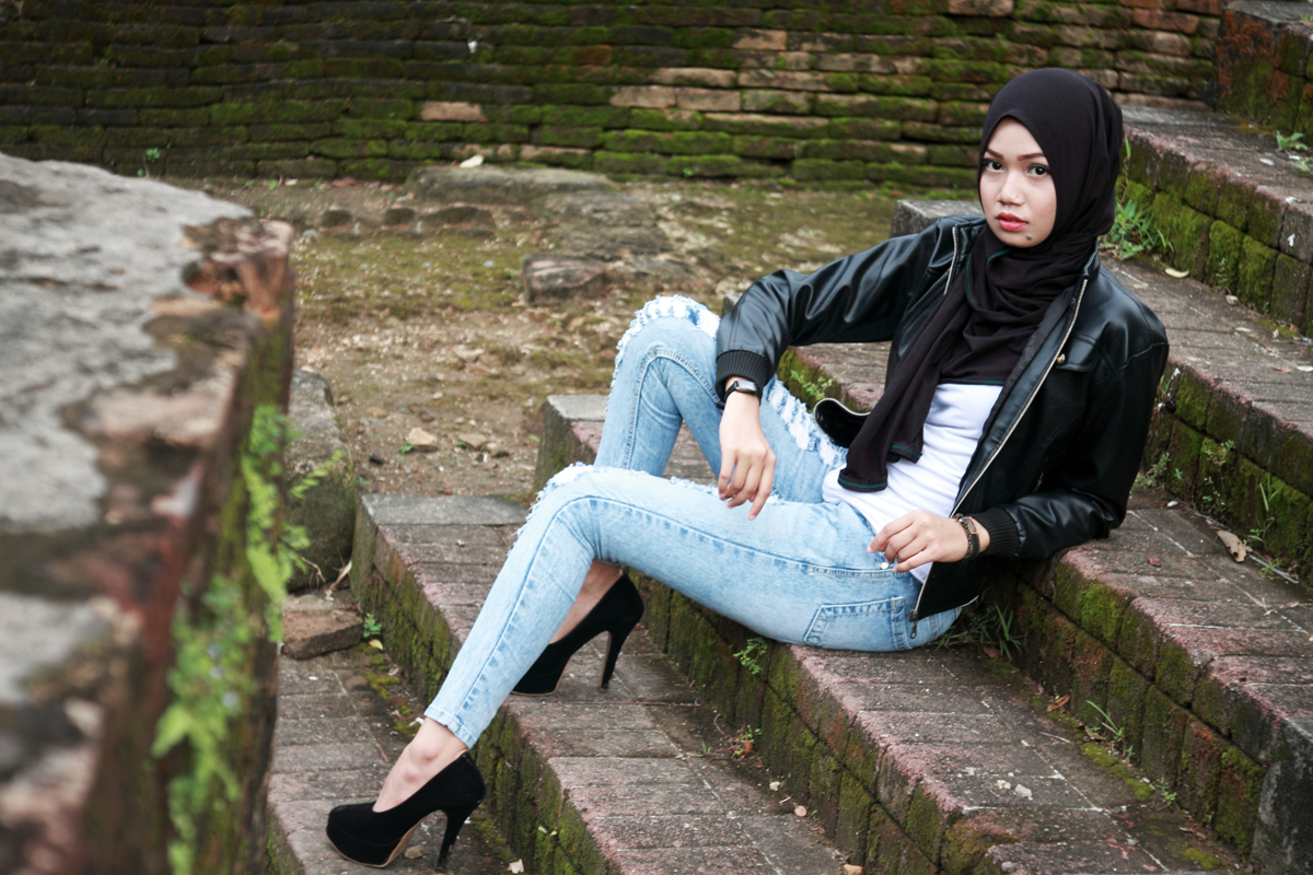 Padu pada jeans Model Cantik dengan Jilbab Trendi hijab dua warna Padu pada jeans Model Cantik dengan Jilbab Trendi hijab dari belakang model makassar bugis wajo seksi pamer lekuk tubuh dengan jenas indah san hot