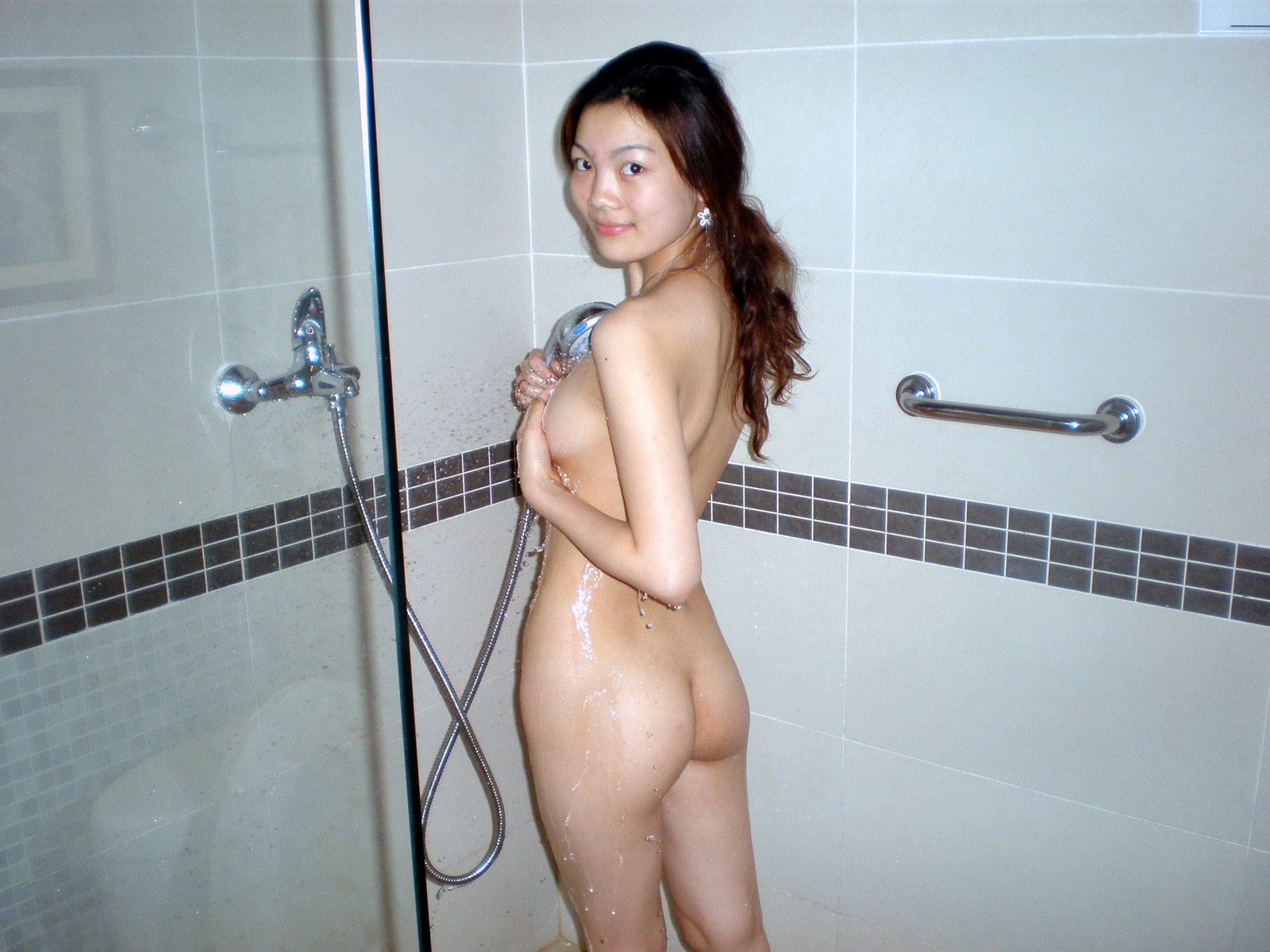 asian-girls-showering