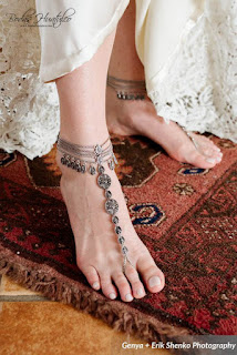 A unique foot accessory for the bride at a beach wedding