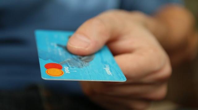 61χρονη έκλεψε κάρτα αγορών στο Άργος, έκανε τα ψώνια της, αλλά δεν πρόλαβε να τα χαρεί