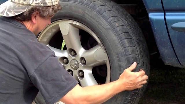 Menggerakaan roda untuk memeriksa kondisi bantalan roda