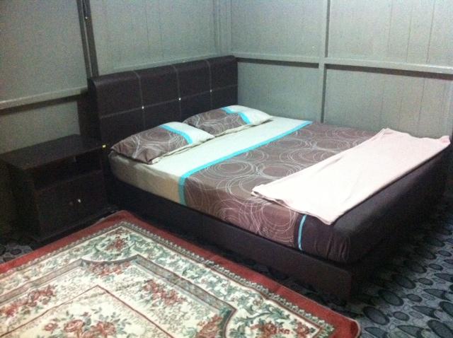 Bilik Tidur No 2 Juga Dilengkapi Dengan Katil Dan Tilam Saiz Queen Meja Sisi Karpet Selimut Bantal Tuala Sejadah Setiap Telah Direka