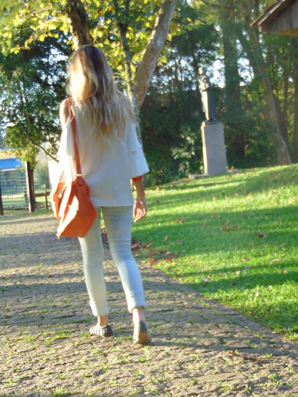 Look Ombro de fora + barra da calça dobrada