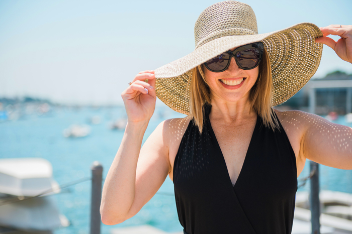 wide brim hat big sunglasses