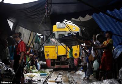 itulah yang terjadi dikala Anda mengunjungi sebuah  Maeklong ; Pasar yang Dapat Membuat Nyawa Anda Melayang