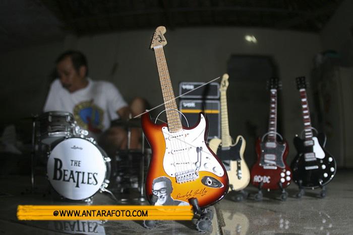 Kerajinan Miniatur Gitar