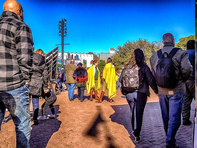Dos promotoras con ponchos amarillos en la rural