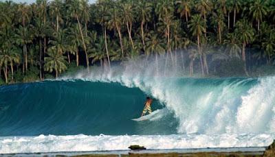 Surfing Pantai Pulau Timor