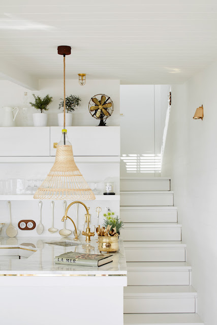 Interior Decoration : A Romantic Seaside Cabin in Shades of White and Gold {Cool Chic Style Fashion}