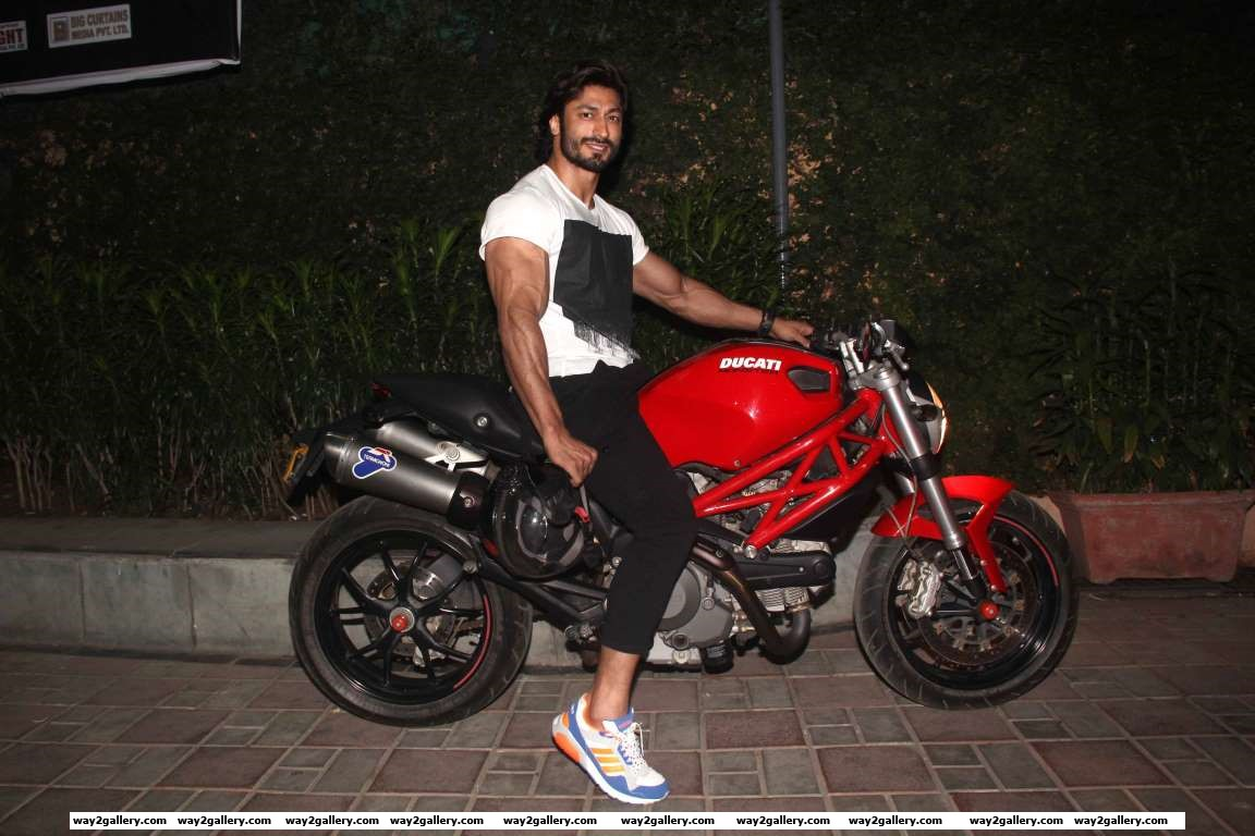 Vidyut Jammwal arrives for the special screening of Batman v Superman Dawn of Justice