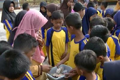 Siswa SD Sisihkan Uang Jajan untuk Bantu Gurunya yang Bergaji Minim