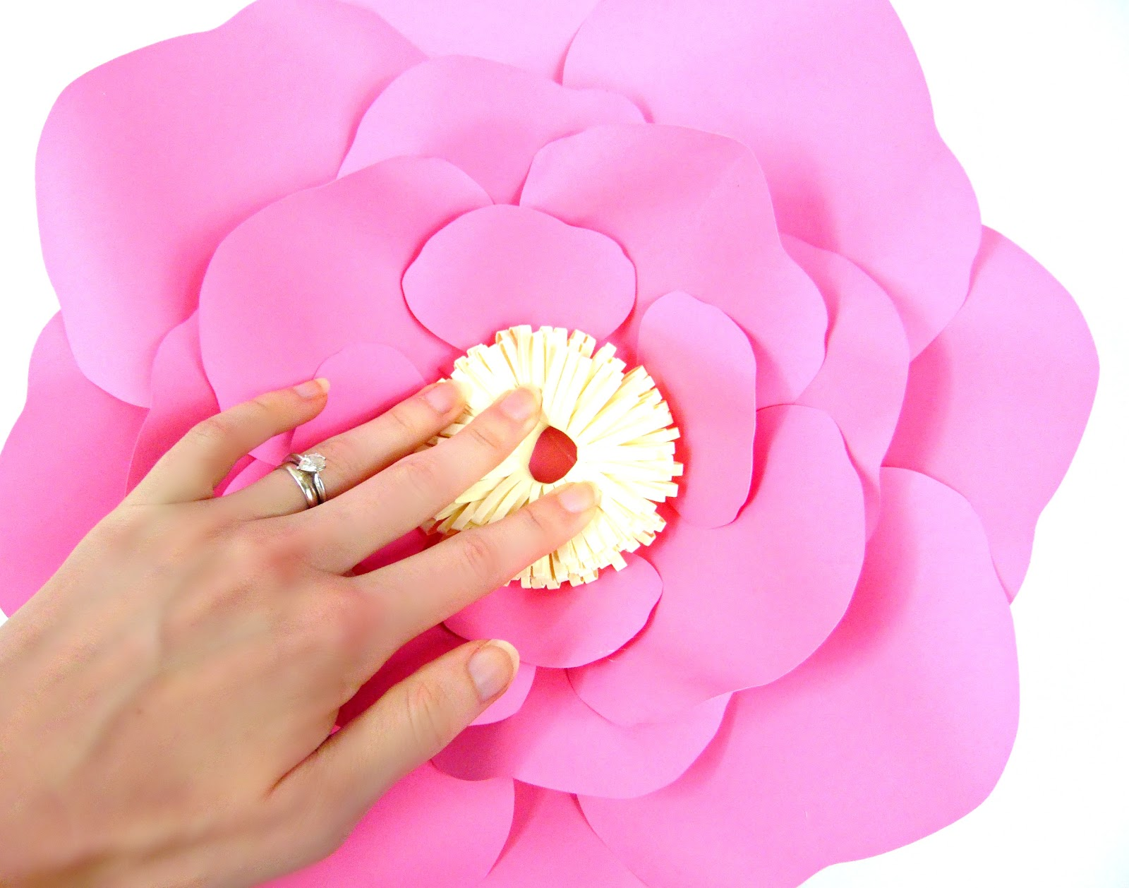 Paper flower centers 5 ways to make centers for giant flowers step 3 izmirmasajfo