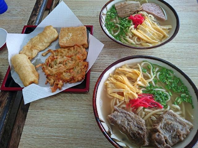 沖縄そばとソーキそばと天ぷらの写真