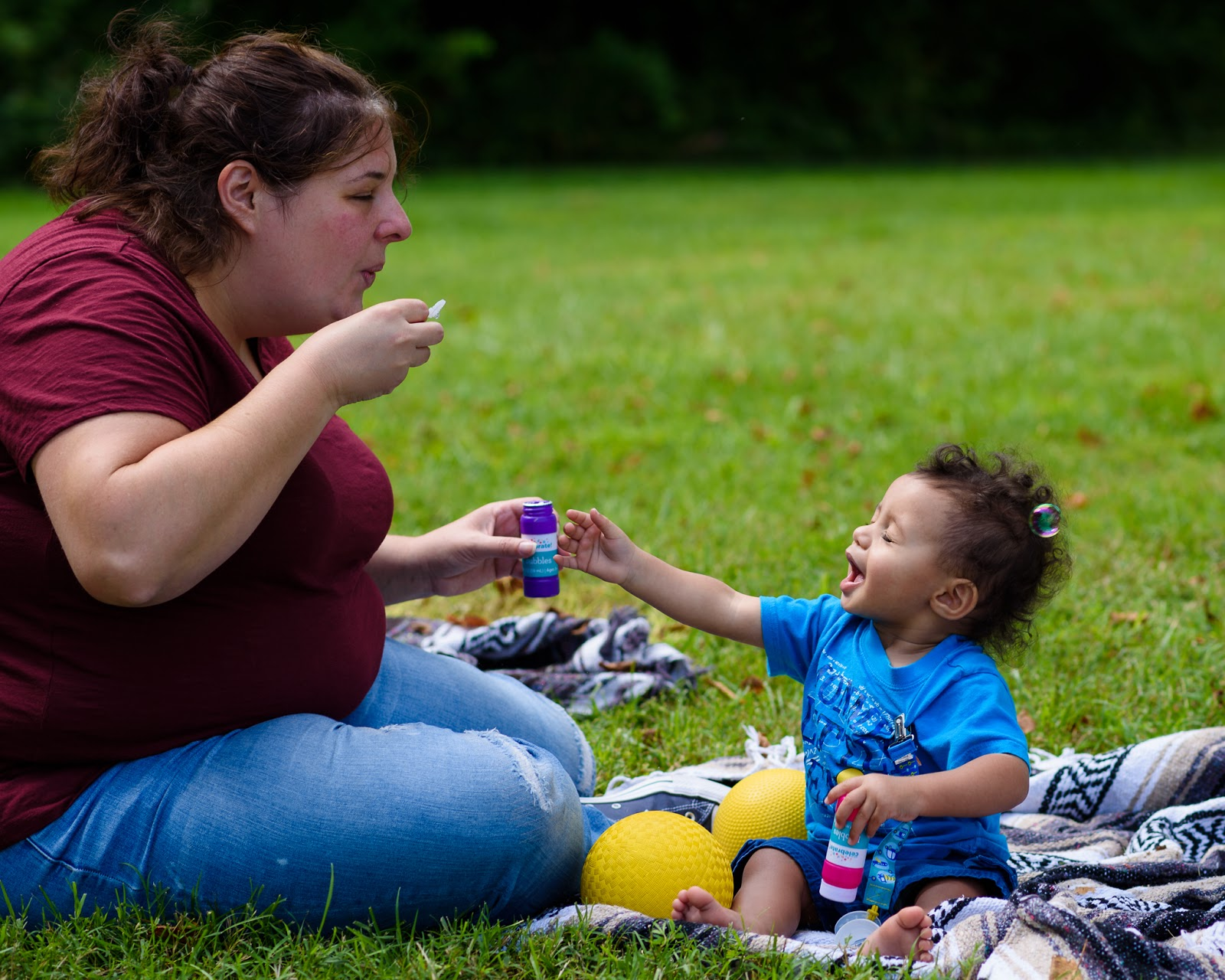 Mom and baby blowing bubbles at Together Vivo! Park Playalong © Diana Sherblom Photography