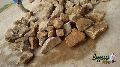 Pedra moledo para revestimento de pedra na construção de gruta de pedra com tamanhos de 10 cm a 30 cm.
