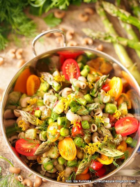 salatka z makaronu, szparagi zielone, pomidorki papryczkowe, ogorki malosolne, dodatek do obiadu, lunch, domowe jedzenie, przepis na salatke, pyszna salatka, makaron razowy, szparagowe szalenstwo