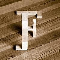 Takozlardan yapılmış F harfi