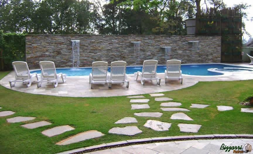 Construção do caminho de pedra Goiás da construção da residência até a construção da piscina assentada com espaço entre as pedras com junta de grama esmeralda.