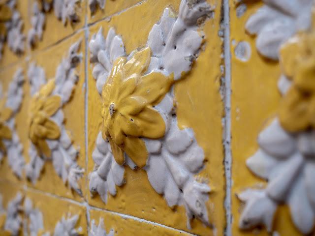 Detalle de azulejos amarillos y blancos