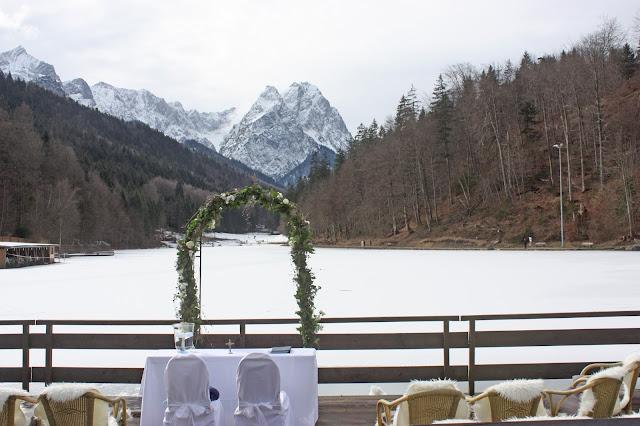 Winterhochzeit in Bayern - Evangelische Trauung unter freiem Himmel am Riessersee in Garmisch-Partenkirchen - winter wedding Riessersee Hotel in Bavaria