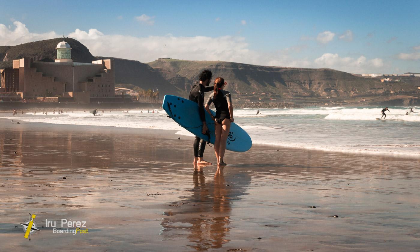 Haciendo surf en Las Canteras, Las Palmas