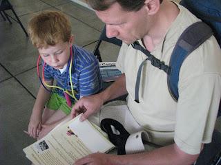 Na de parkfilm bekijken papa en Casper samen de Junior Ranger opdrachten - Red Rock Canyon National Conservation Area