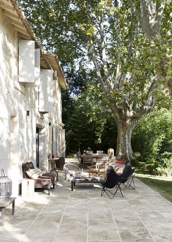 hellolovely-french-farmhouse-butterfly-chairs-camargue-france-patio-terrace