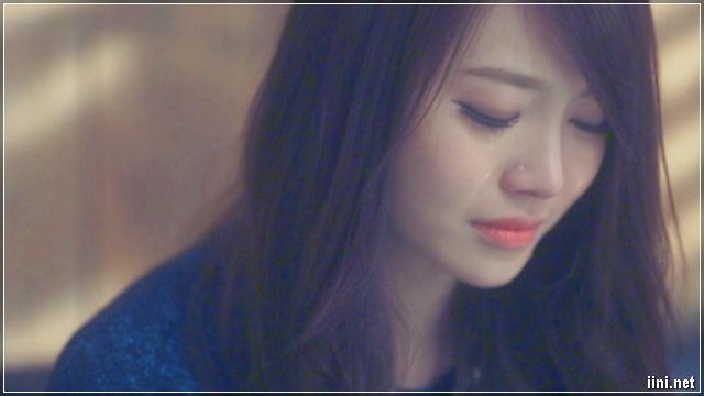 cô gái khóc vì tình yêu