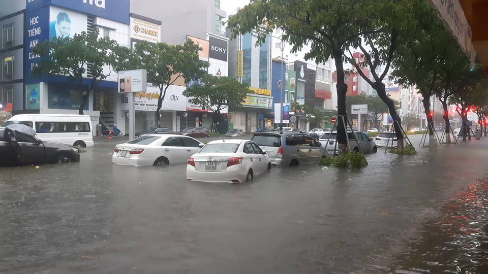 Đà Nẵng mưa cực to, nhà người dân ngập hoàn toàn trong biển nước