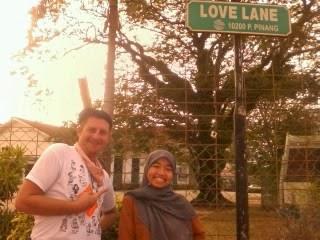 """<a href=""""url gambar""""><img alt=""""traveling gang love lane georgetown penang malaysia"""" src=""""urlgambar"""" title=""""travelling gang love lane georgetown penang malaysia"""" />"""