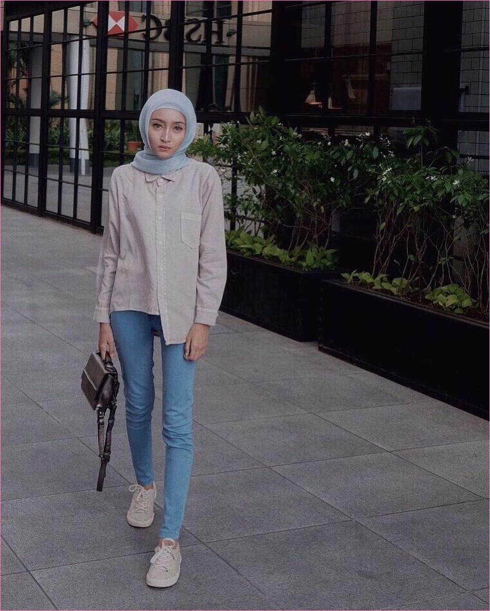 Outfit Celana Jeans Untuk Hijabers Ala Selebgram 2018 blouse kemeja krem muda slingbags hitam kerudung segiempat hijab square ruby biru pastel pants jeans denim sneakers kets putih ootd trendy