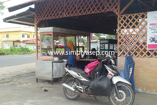 TEPI JALAN : Letak kedai IRMA ini di pinggir jalan kawasan Jalan Parit Haji Husin 2 Pontianak.  Mudah dijangkau dari berbagai sudut Foto Asep Haryono