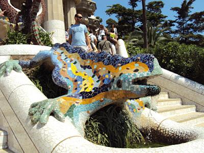 Statue très connue de la salamandre multicolore de Gaudi, soulignant l'immense génie de cet artiste barcelonais
