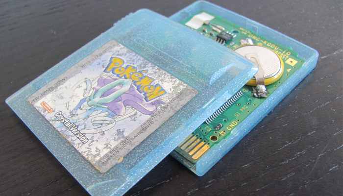 How to replace the battery of a Pokémon game - Opening the cartridge
