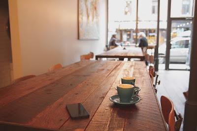 novella, emberi kapcsolatok, család, párkapcsolat, szerelmi történet, kávézó, kávéház, különös éjszaka