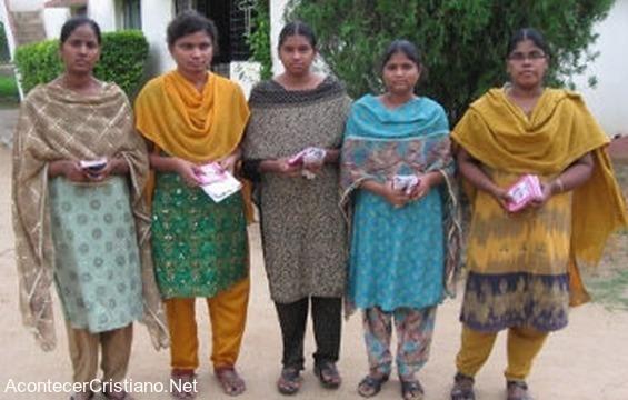 Mujeres evangelizan en pueblos de la India