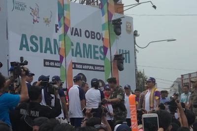 Ketua MPR RI Zulkifli Hasan Nyalakan Api Obor Asian Games 2018 di Tugu Adipura