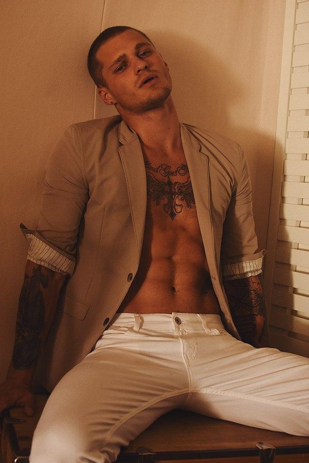 tatuagem masculina no braço fechado e peito