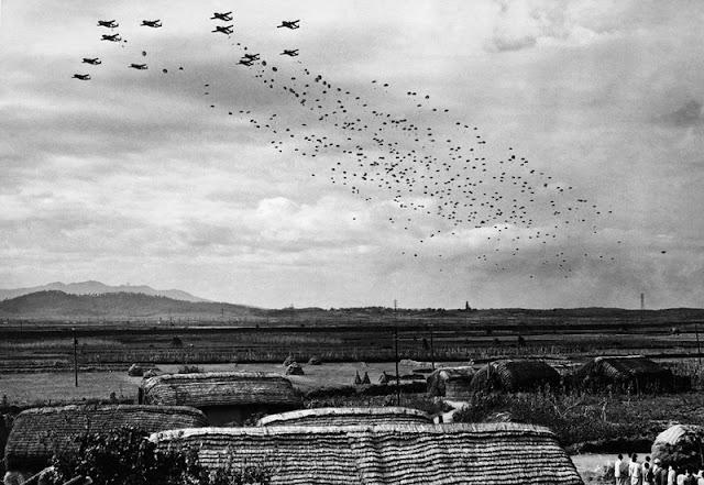 Paracaidistas saltando sobre Sukchon y Bukchon en Corea del Norte