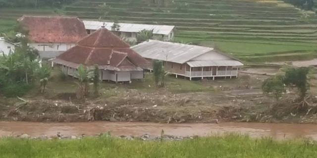 Musibah banjir bandang yang melanda Kabupaten Garut mengakibatkan berbagai bangunan rusak berat, namun ada pemandangan luar biasa yaitu ada bangunan selamat dan sama sekali tidak tersentuh banjir Bandang. Bangunan tersebut berletak di pinggir sungai Cimanuk yang mana dilewati arus deras banjit bandang.