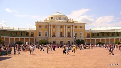 Площадь и памятник Павлу I перед дворцом