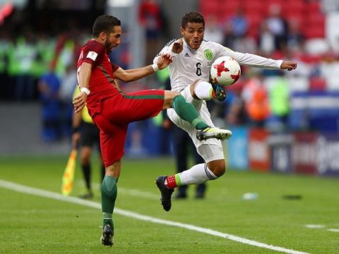Moutinho (trái) ở trận mở màn gặp Mexico