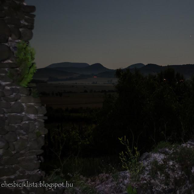Éjszakai kilátás a töttöskáli templomromtól Badacsonnyal és Guláccsal