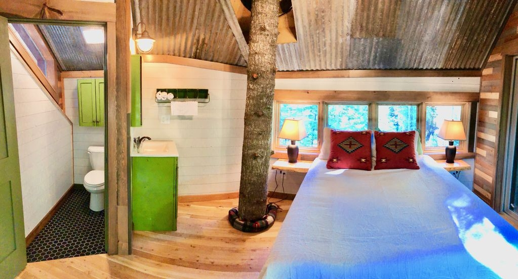 09-Bedroom-and-Toilet-HomeAway-Montana-Tree-House-close-to-the-Glacier-National-Park-www-designstack-co