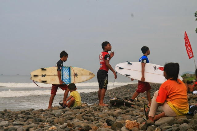 SUrfing lesson in Cimaja