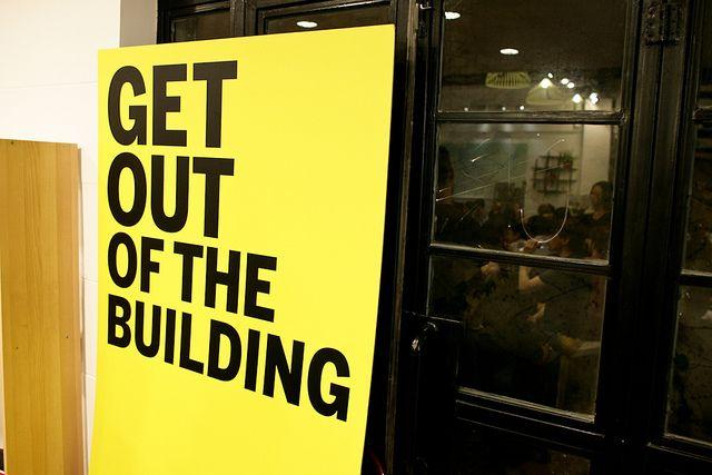 ¡Sal del edificio!