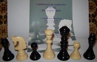 Piezas de plástico de un juego de ajedrez catalán